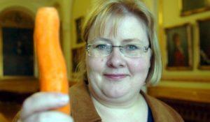 Her demonstrerer Statsministeren størrelsen hun foretrekker på *kremt* grønnsakene sine.