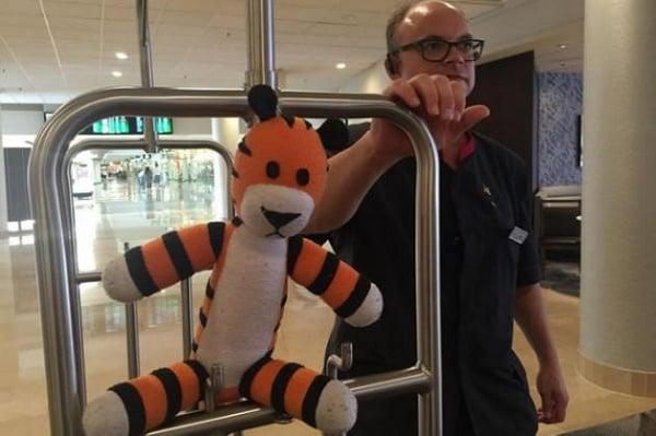Arbeidere på en flyplass tar en gutts gjenglemte bamse »Hobbes» på et fantastisk eventyr.