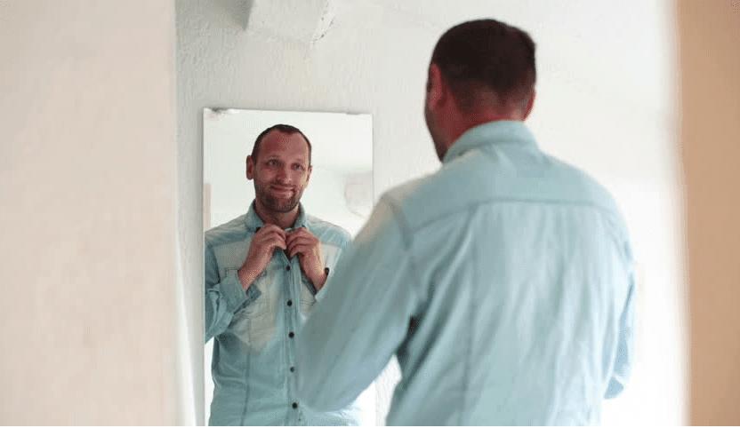 AKKURAT NÅ: Mann (37 år) brukte 2 timer foran speilet mens han sa
