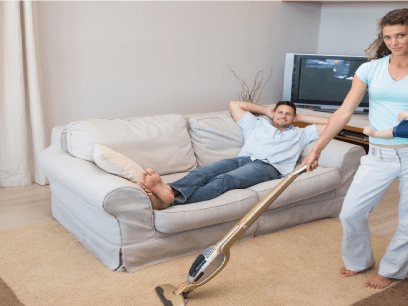 Ny studie: Kvinner vil at menn skal ligge mer på sofaen