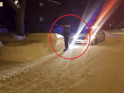 Her blir politimannen grundig lurt. Skriver ut bot til snøbil!