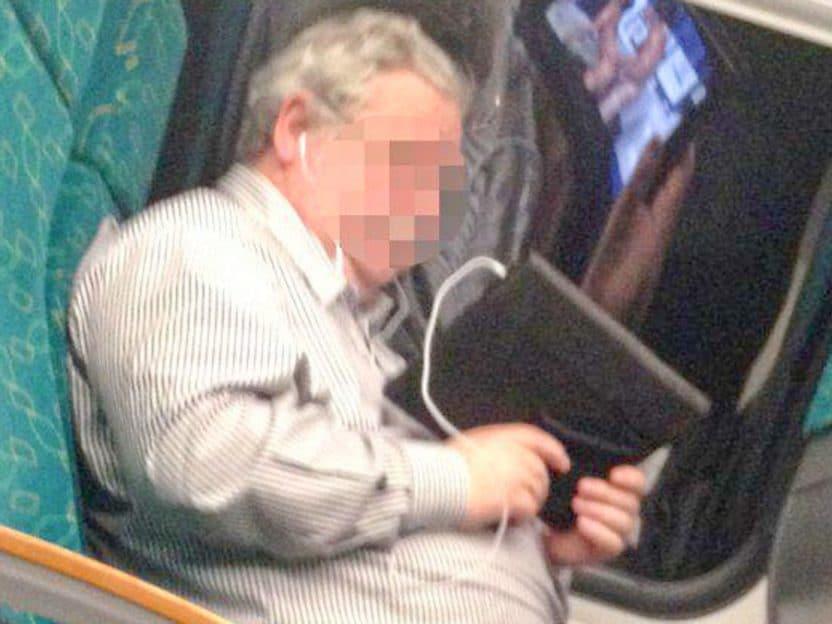 Mann så på grov erotikk på toget. Ble kastet av med klærne på!