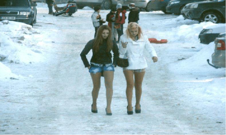 AKKURAT NÅ: Tøffe Norske jenter velger å fryse for å være sexy. Trosser vinter med miniskjørt!