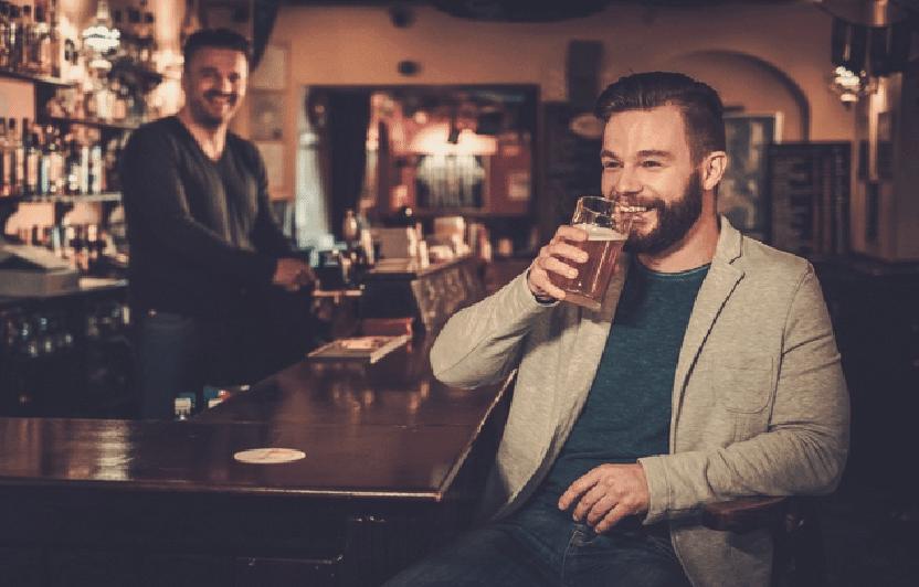 SISTE NYTT: Gærne Roar (33 år) drikker øl allerede kl 13 på en fredag.