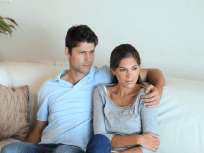 AKKURAT NÅ: Ny-forelsket par kjemper hver sin kamp for å holde inne promp mens de ser romantisk komedie sammen