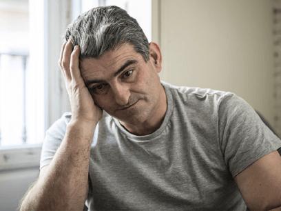 SISTE NYTT: Flere og flere norske menn lider av grått hår i tidlig alder.