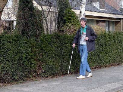 Mann fra Fredrikstad later som han er blind og døv hele året for å slippe dugnader i nabolaget