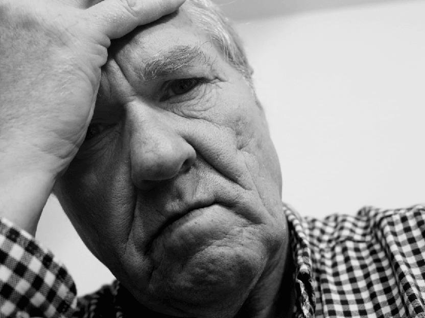 Sliten mann (61 år) innser at drømmen om trekant, muskler og rikdom sakte, men sikkert forsvinner