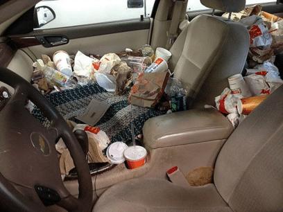 Kvinne som er sykelig opptatt av å ha det rent hjemme har en bil som ligner på en søppelplass