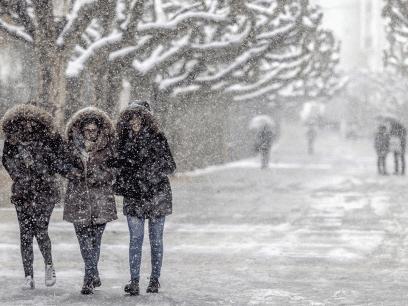 SISTE NYTT: Norge angripes av snø. Politiet ber folk holde seg innendørs og spise doble doser antidepressiva