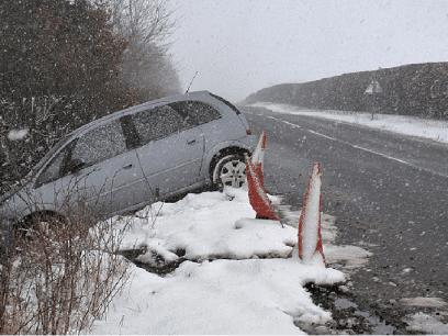 FORSKNING: Studie viser at norske biler med sommerdekk og dumme sjåfører sklir lettere av veien