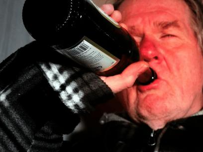 AKKURAT NÅ: Familiefar koser seg med barna og 3 flasker rødvin