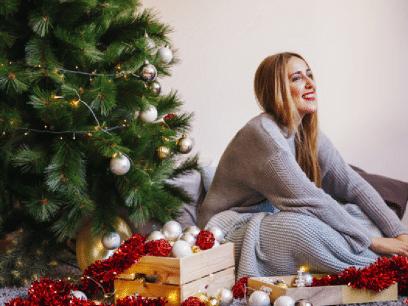 Kvinne som later som hun gleder seg til jul, gleder seg egentlig til den er ferdig