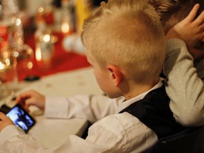 PSYKOLOG ADVARER: Barn helt ned i 8 års-alderen gruer seg til julen fordi de må fikse alle mobilene til de voksne
