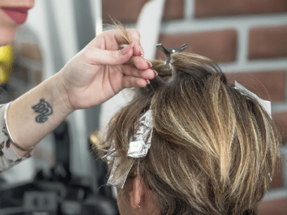 SISTE NYTT: Regjeringen åpner for at kvinner med kritisk ettervekst kan dra til frisøren