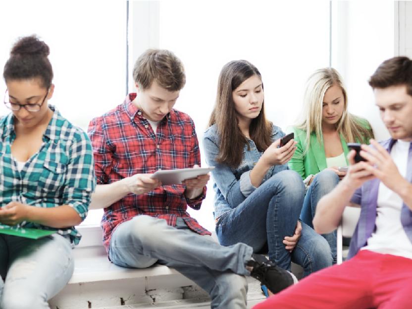 SISTE NYTT: Folk ser frem til å kunne stirre på mobilen i grupper igjen